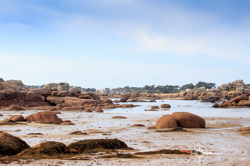 Bucht an der rosa Granitküste bei Ebbe
