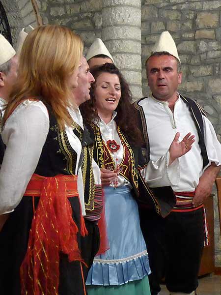 Folkloregruppe in albanischer Landestracht